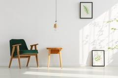 放松有叶子绘画的室 库存照片