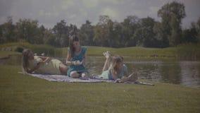放松本质上的可爱的妇女在夏天 股票视频