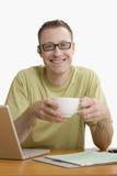 放松查出的膝上型计算机的人 免版税库存照片