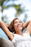 放松沙发的妇女享受在豪华的生活方式 库存图片