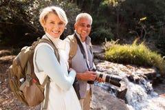 放松河的远足者 免版税库存照片