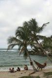 放松海滩的吊床 免版税库存照片