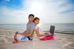 放松海滩的夫妇 库存图片
