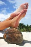 放松海滩的英尺 免版税库存照片