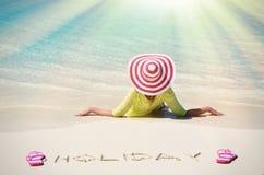 放松海滩的女孩 免版税库存图片