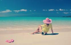 放松海滩的女孩 免版税库存照片