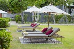 放松海滩睡椅 免版税库存图片