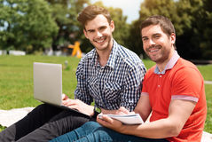 放松现代的青年时期户外 免版税库存图片