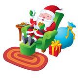放松用曲奇饼和牛奶的圣诞老人 图库摄影