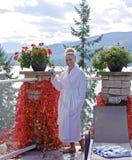 放松由室外水池的白色浴袍的少妇 免版税库存图片