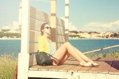 放松由海的女孩 减速火箭的被定调子的照片 库存照片