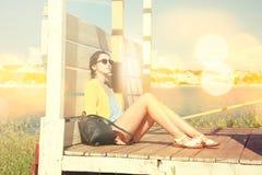 放松由海的女孩 减速火箭的被定调子的照片 库存图片