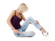 放松白色的白肤金发的牛仔裤 图库摄影