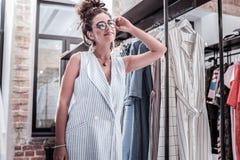 放松的兴旺的时髦的女实业家感觉花费周末购物 免版税库存照片