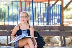 放松的夏时-女孩看书室外在温暖的天 库存照片