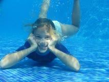 放松的女孩在水面下 免版税库存图片