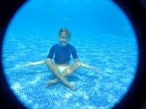 放松的女孩在水面下 图库摄影