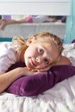 放松的女孩放置在枕头 图库摄影