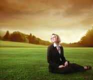 放松的女实业家 免版税图库摄影