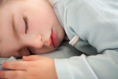 放松的小小孩睡觉闭合的眼睛 免版税库存图片
