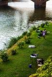 放松的小绿地在Ponte Vecchio附近在佛罗伦萨 图库摄影