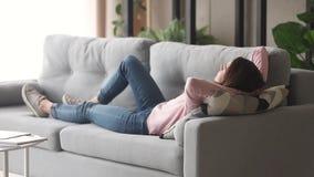 放松的年轻女人休息的说谎在长沙发享受白天休息 股票录像