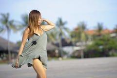 放松的年轻美好和性感愉快亚洲妇女微笑获得在热带海滩的乐趣在巴厘岛亚洲 库存照片