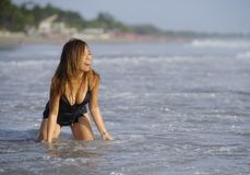 放松的年轻美好和性感愉快亚洲妇女微笑获得在热带海滩的乐趣在巴厘岛亚洲 库存图片