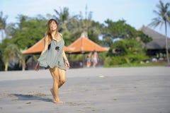 放松的年轻美好和性感愉快亚洲妇女微笑获得在热带海滩的乐趣在巴厘岛亚洲 图库摄影