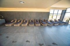 放松的床在旅馆的温泉中心在Kranevo,保加利亚 免版税库存照片