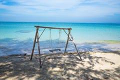 放松的摇摆在热带海滩 库存照片