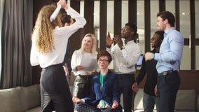放松的无忧无虑的妇女不注意她的工友问题 股票视频