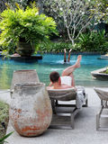 放松的池 库存图片