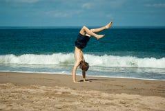 放松的海滩手倒立 免版税库存图片