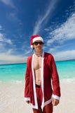 放松的海滩的圣诞老人 库存照片