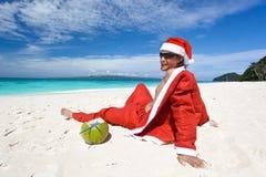 放松的海滩的圣诞老人 免版税图库摄影