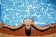 放松的游泳池边 库存照片