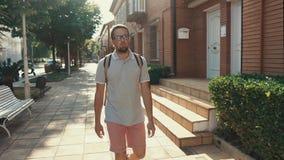 放松的男性游人在小城市漫步在夏天早晨 影视素材