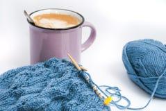放松的编织用咖啡和早餐 免版税图库摄影