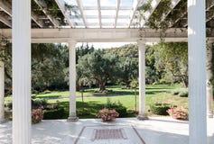 放松的美丽的庭院房子树荫处在公园在一个晴朗的夏天 免版税库存图片