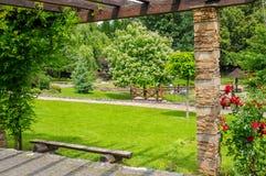 放松的美丽的绿色公园 库存照片