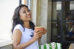 放松的美好愉快亚洲妇女微笑享用早餐户外咖啡店 库存图片