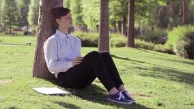 放松的被用尽的妇女开始 影视素材