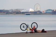 放松的骑自行车的人湖岸 免版税图库摄影