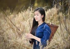 放松美丽的女孩农夫草甸 免版税库存图片