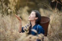 放松美丽的女孩农夫草甸 免版税库存照片