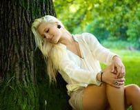 放松美丽的女孩 免版税图库摄影