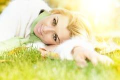 放松美丽的妇女 免版税图库摄影