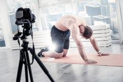 放松背部肌肉的年轻男性博客作者 免版税库存照片