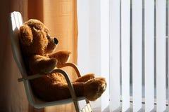 放松阳光女用连杉衬裤的熊childs 免版税库存照片